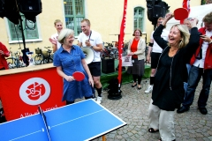 Wanja Lundby Wedin och Marita Ulvskog is playing table tennis in Almedalen.